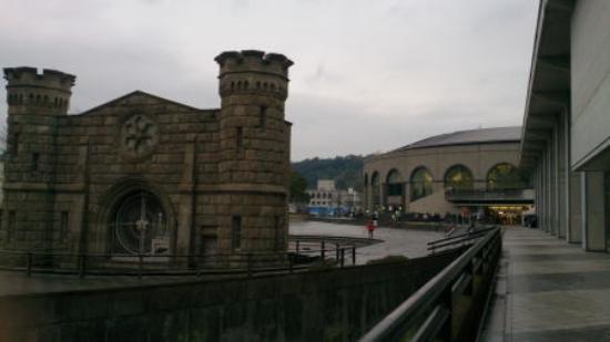 Kagoshima, Japonia: 古い刑務所の門の背後に立っているのが鹿児島アリーナです