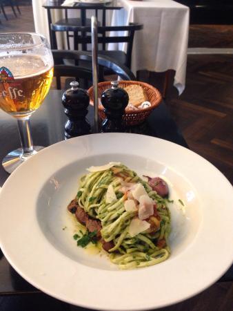 Café Mathisen: Frokost : Dagens pasta. frisk pasta med persillepesto på bund af kalv. Lækkert!!