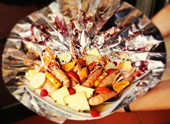 La Veletta: Scampi e gamberoni flambè con frutta.