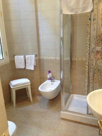 I Tre Moschettieri Luxury Guest House: Bagno spazioso c/bidet e doccia