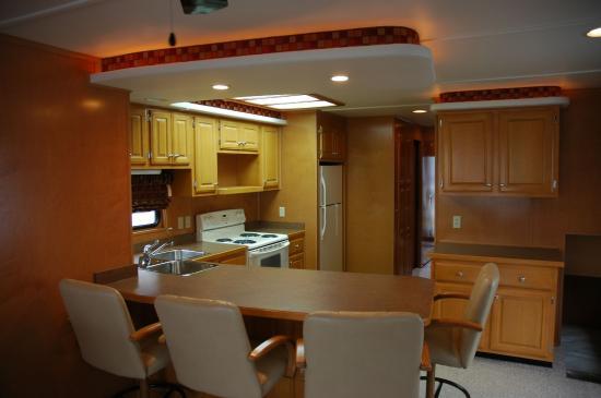 Lithia Springs Marina: Houseboat - Full Kitchen