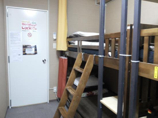 Anne Hostel Asakusabashi : ini juga foto kamar tidurnya 4 kasur 2 tingkat