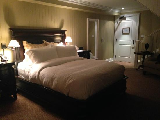 Inn at Cobble Beach Resort and Spa: Bed in the Blue Heron Room