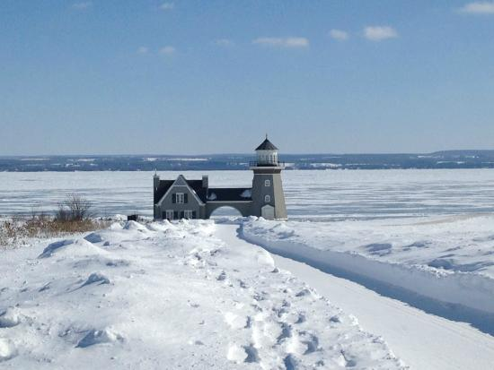 Inn at Cobble Beach Resort and Spa: Lighthouse on the hotel grounds