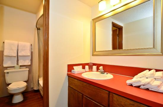 Americas Best Value Inn St. Helens: Guest Bathroom
