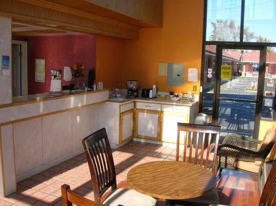 Americas Best Value Inn : Breakfast Area