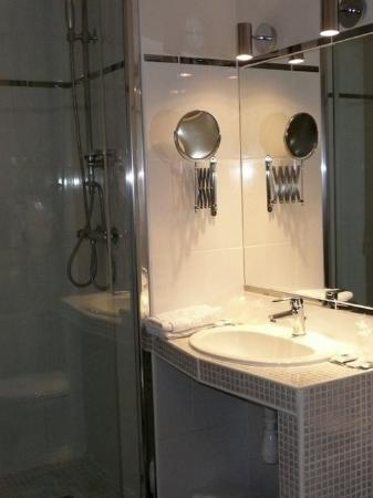 Hotel Spa du Commerce : Bathroom