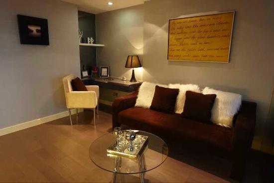 Q-City Hotel: Living Room