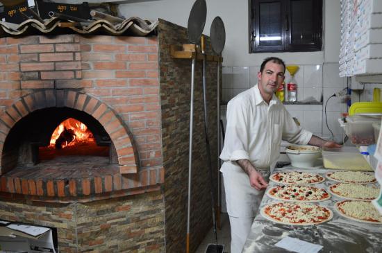 La Staccionata: Lorenzo il pizzaiolo a lavoro...