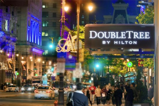 Doubletree by Hilton Philadelphia Center City: Broad Street at Night