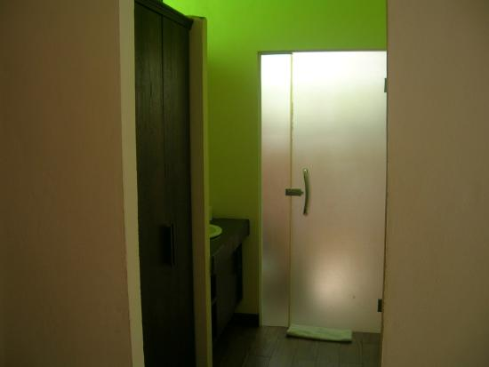 Lanta Klong Nin Beach Resort: glass door to the bathroom