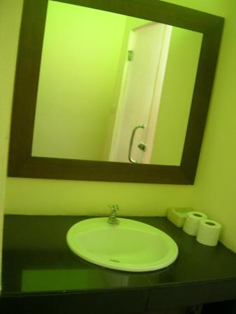 Lanta Klong Nin Beach Resort: sink and mirror before the glass door to the bathroom
