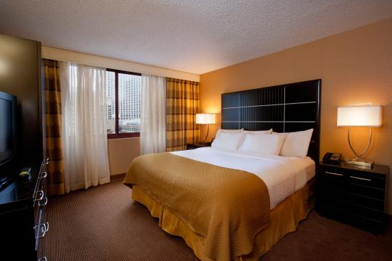 Embassy Suites by Hilton Chicago Downtown: King Bedroom Right
