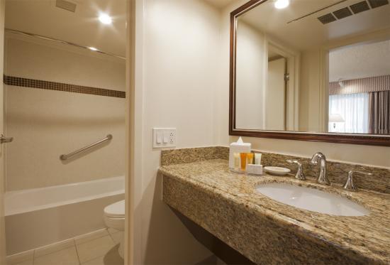 Biltmore Hotel & Suites : Garden Bath