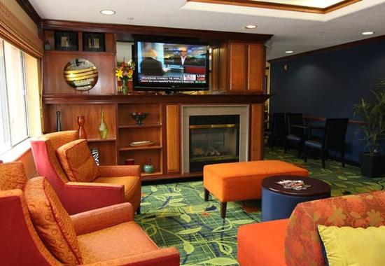 Fairfield Inn & Suites Minneapolis-St. Paul Airport: Lobby Fireplace