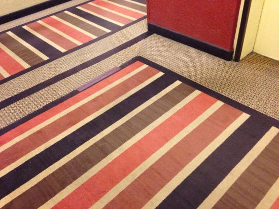 Holiday Inn Strongsville: Just one of the frayed carpets in the lobb.  This is in front of the elevator.