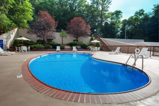 Hampton Inn White Plains / Tarrytown: Seasonal Outdoor Pool