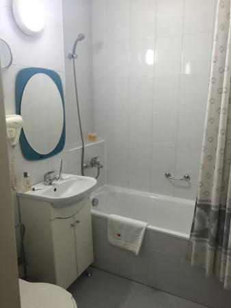 Petite salle de bain avec baignoire picture of bistra - Petite salle de bain baignoire ...