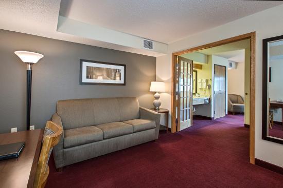 AmericInn Hotel & Suites Iowa Falls : AMERICINNIOWAFALLSIARoom Suite WIth Whirpool