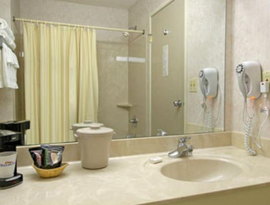 Baymont Inn & Suites Mattoon: Bathroom