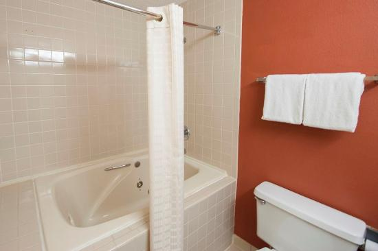Red Roof Inn Hardeeville: Jacuzzi Bathroom