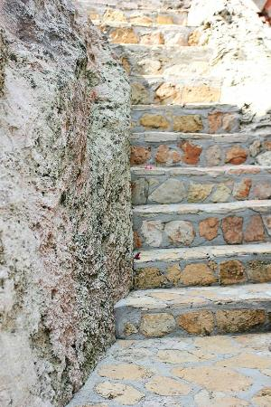 Two Turtles Inn: Natural rock stairs