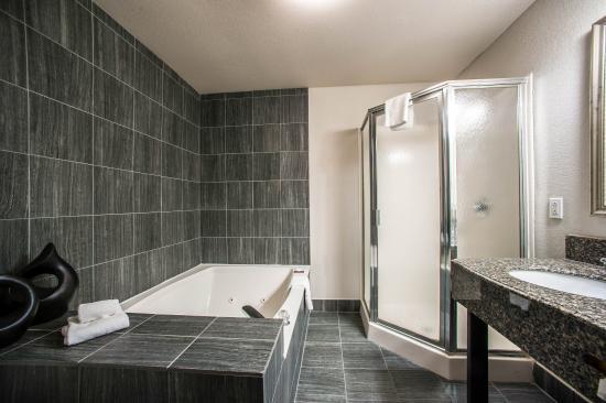 Comfort Suites  Airport: Presidential Bathrm