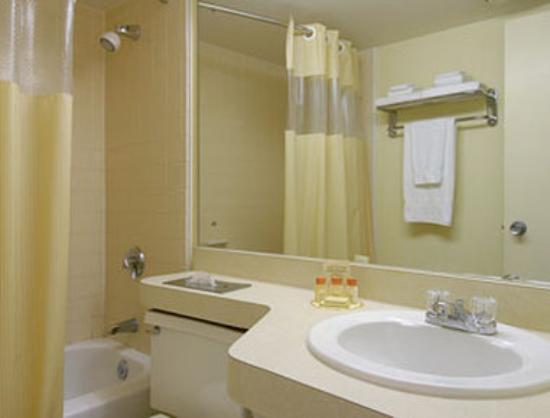 Days Inn Portage: Bathroom