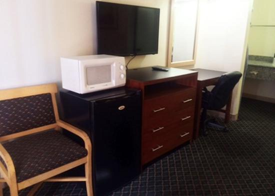 Riverside Inn and Suites: guest room