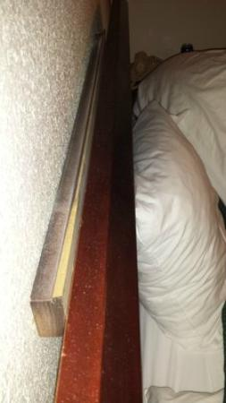 Rodeway Inn University: Loose Headboard