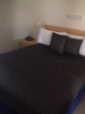 Carseldine Palms Motel: It bad a queen soft bed as I never slept better and also a single in the room. So comfortable.