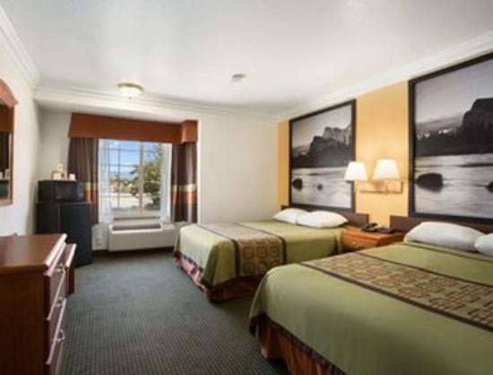 Super 8 Santa Clarita/Valencia: Standard Two Queen Room