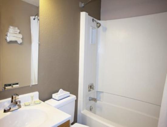 Super 8 Jamestown: Bathroom