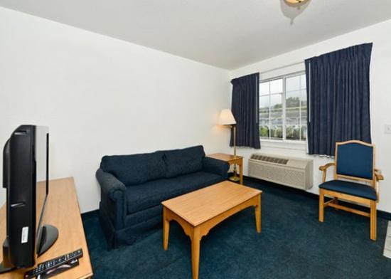 Roseburg, OR: Suite with Sofa sleeper