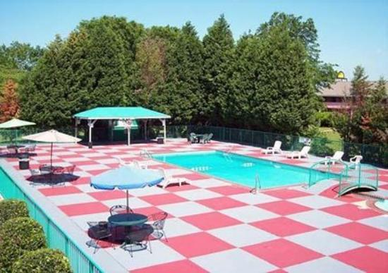 Econo Lodge Inn & Suites : Pool -OpenTravel Alliance - Pool View-