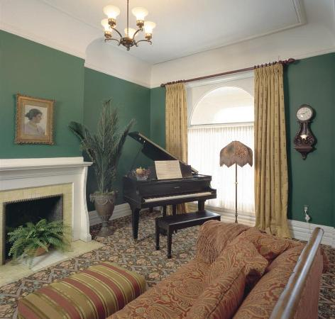 Inn on Ferry Street: Owen House Parlor