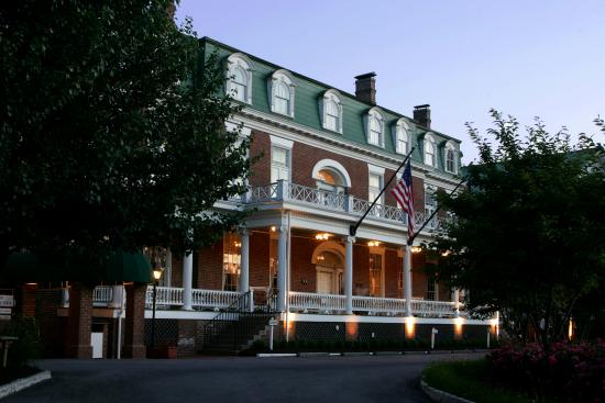 The Martha Washington Inn and Spa: Exterior At Night