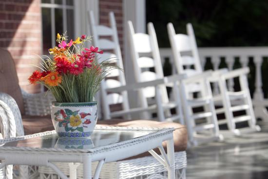 The Martha Washington Inn and Spa: Relax On The Porch