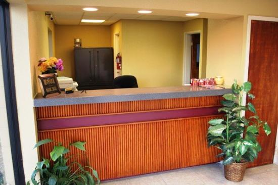 University Inn & Suites Tallahassee: FRONTDESK