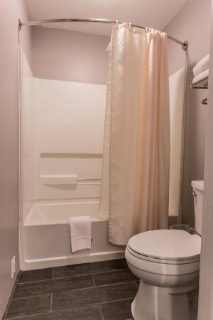 Best Western Riverside Inn: Updated Guest Room Bathroom