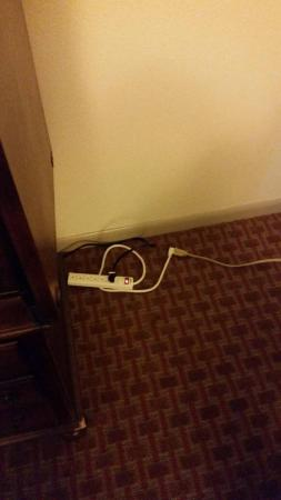 Baymont Inn & Suites Shreveport Airport: Extension cords to TV and lamps