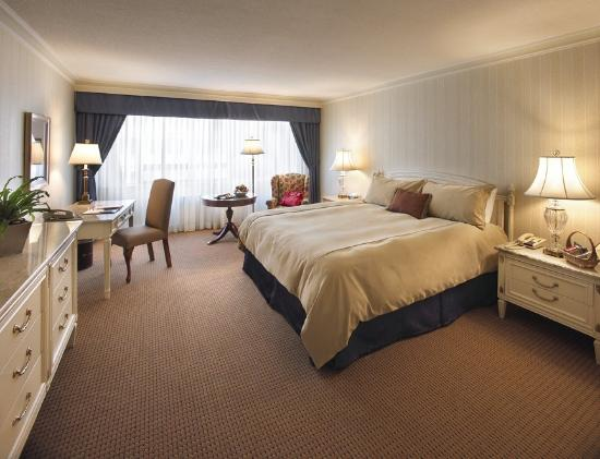 Apartments on Bay at The Sutton Place Hotel: Deluxe King Room