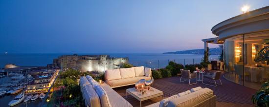 Grand Hotel Vesuvio: Caruso Roof Garden Before Dinner