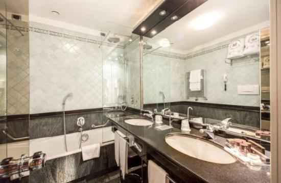 Brunelleschi Hotel: Bathroom Small