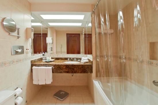 Radisson Hotel & Suites San Isidro: Suite Bathroom