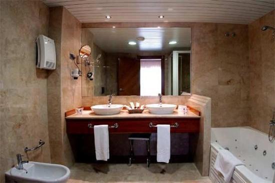 Hotel La Laguna Spa & Golf: Baño Habitación con bañera de hiddromasaje