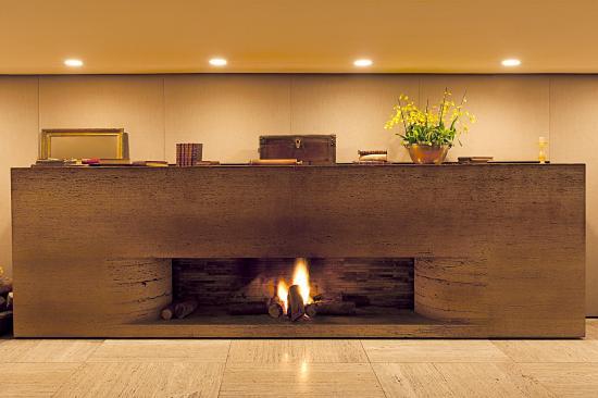Hotel Fasano São Paulo: Lobby Fireplace