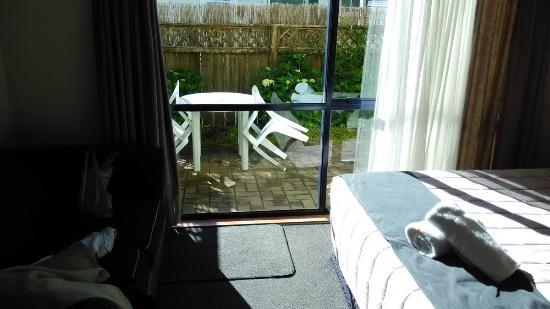 Palm Court Motel: Pequeña terraza exterior