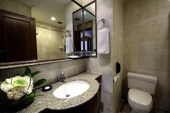 The Charterhouse Causeway Bay Hotel: Bath Room (guest Room )