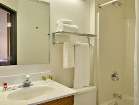 Super 8 Morgantown : Bathroom
